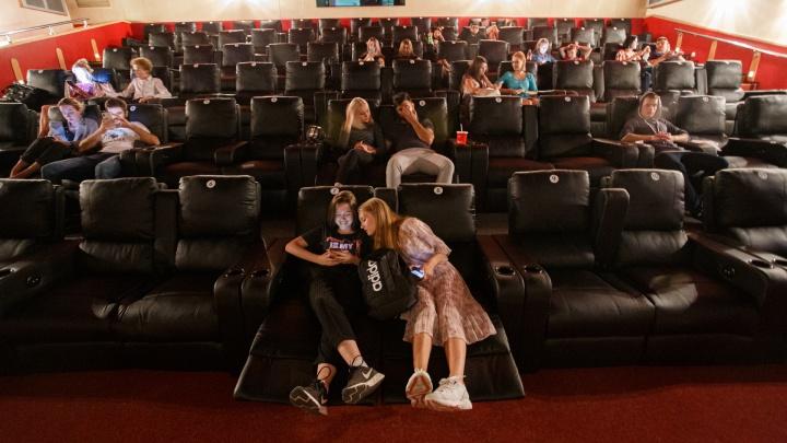 В Челябинске после простоя начали крутить фильмы на больших экранах. Смотрим, как оживают кинотеатры