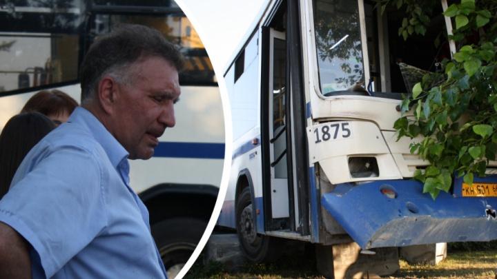 На водителя автобуса, въехавшего в дерево на Плотинке, отказались заводить уголовное дело