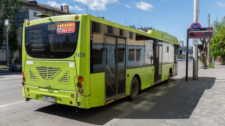 «Жигули» подрезали: в Волгограде кондуктор автобуса ударилась головой при резком торможении