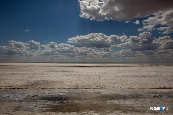 В безветренную погоду озеро, как зеркало, отражает небо