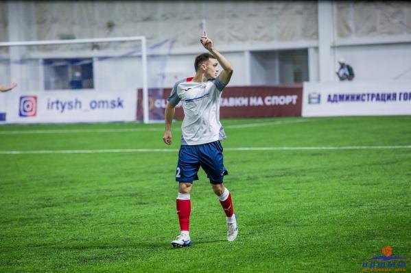 Олег Тарабанов показывает, что команда идёт на подъём