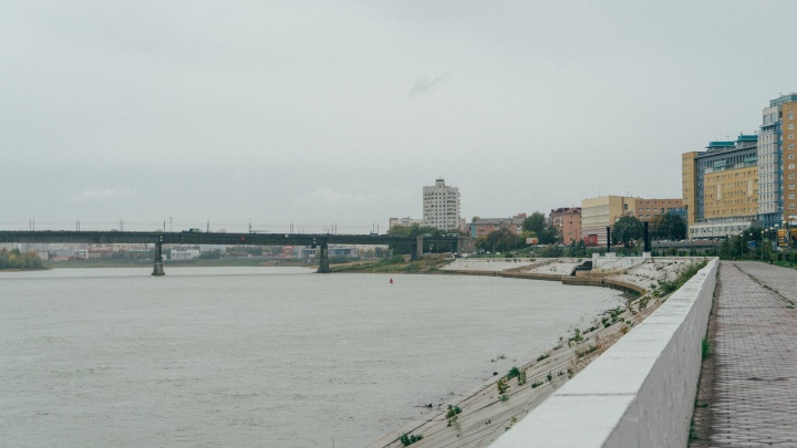 На Иртышской набережной из реки достали труп мужчины