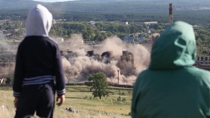 Превратились в пыль: смотрим, как в Челябинской области взорвали 100-метровые трубы завода