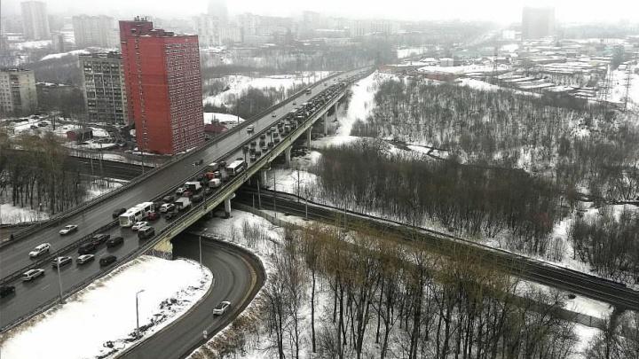 В Перми из-за аварии и закрытого поворота встала Чкаловская дамба