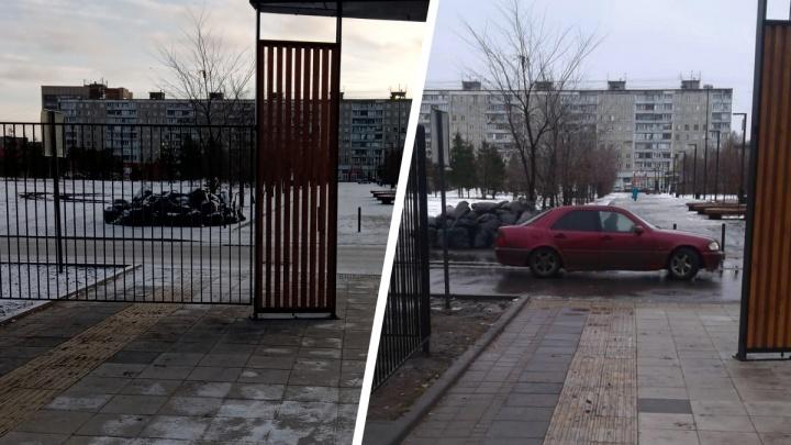 В парке на Затулинке дорожка для слепых уперлась в забор — в мэрии объяснили, из-за чего