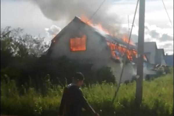 Пламя охватило весь дом