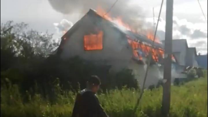 «Мама, мама! Уходи из дома!» появилось видео страшного пожара в Ярославской области