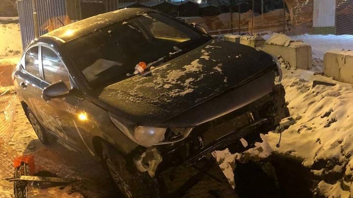 В Дзержинском районе водитель такси влетел в коммунальную яму и бросил там машину