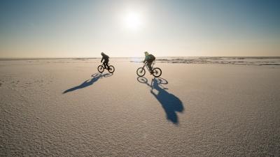 Три новосибирца проехали на велосипедах по Обскому морю — показываем, как это было (лучше такое не повторять)