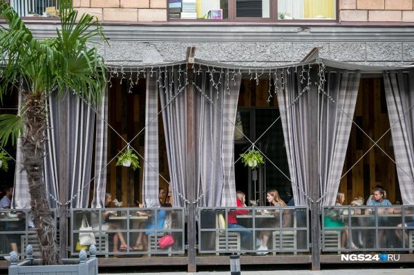 Летним террасам кафе и ресторанов разрешили работать с 10 июля