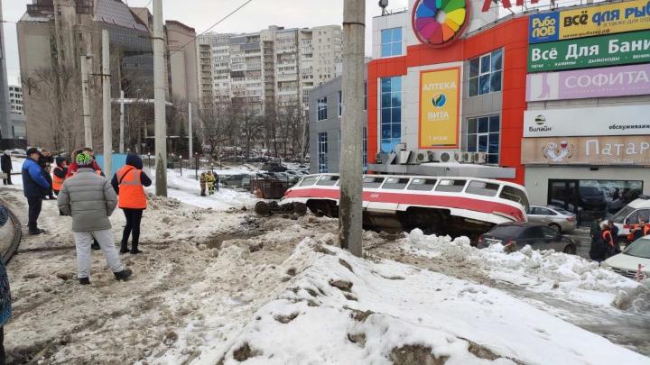 «Поехал сам»: одна из версий, почему трамвай на Ново-Садовой сошел с рельсов