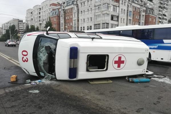 По словам очевидцев, скорая ехала на красный сигнал светофора