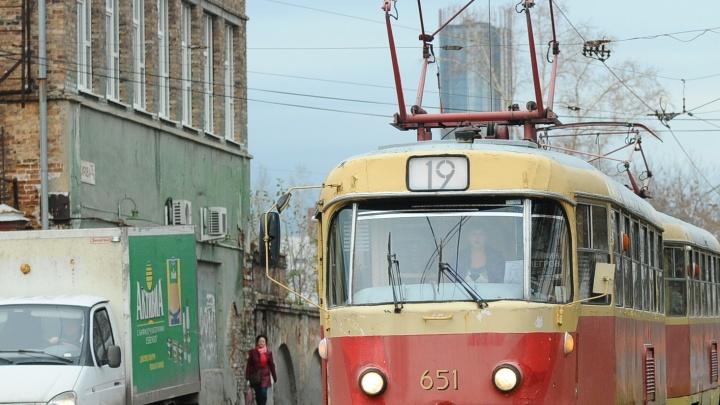 Возле «Карнавала» остановилось движение трамваев. Рассказываем, что происходит