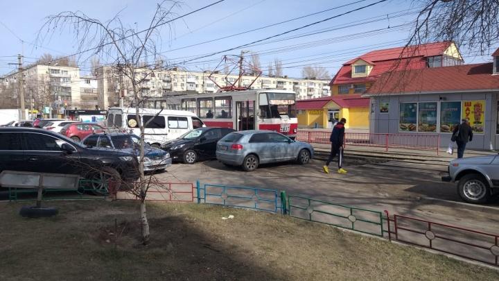На Качинском рынке автомобиль перекрыл движение трамваев
