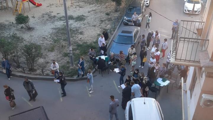 В городе эпидемия, а у нас во дворе очереди: жители дома в центре Волгограда недовольны пришедшими за путевками родителями детей-инвалидов