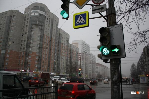 Светофорам на Бакинских Комиссаров — Победы изменили циклы работы и оборудовали их дополнительными стрелками