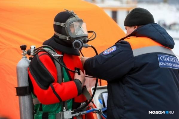 Спасатели доставили тело к берегу