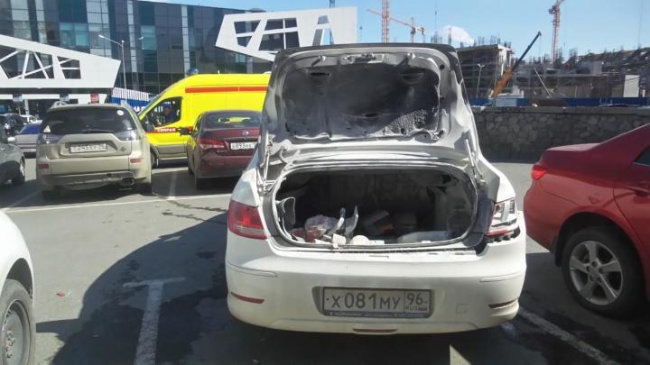 Возле цирка в багажнике автомобиля произошел взрыв, ранен мужчина
