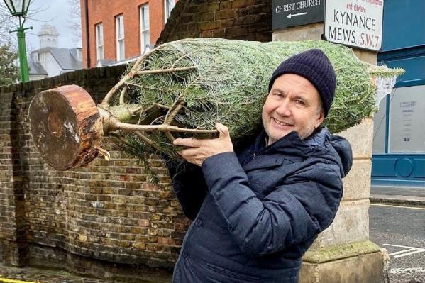 Олег Чиркунов купил елку, чтобы отпраздновать Новый год в Лондоне