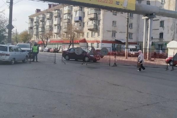 Улица Коли Мяготина закрыта для движения до середины ноября, что вызвало возмущение автовладельцев
