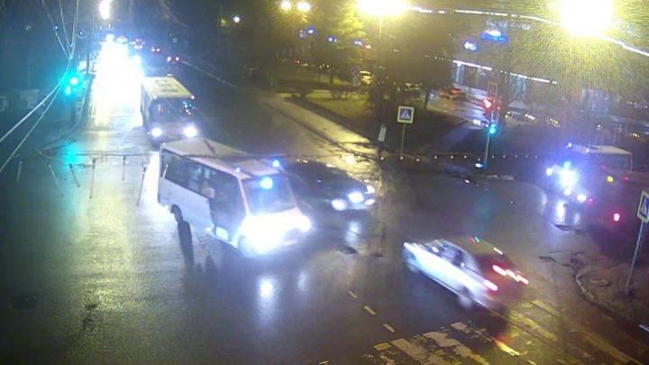 «От удара отбросило в забор»: в Ярославле произошло ДТП с участием маршрутки