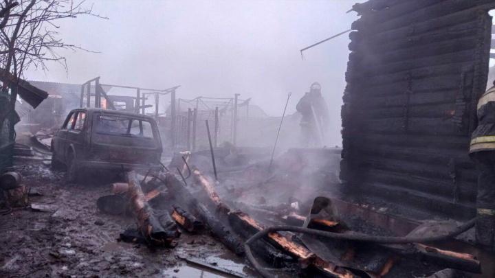 На пожаре под Новосибирском сгорели как минимум два человека — спасатели ищут пропавших людей