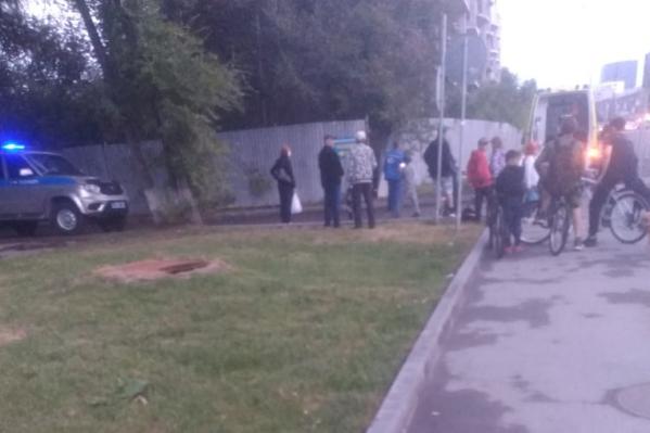 Инцидент произошел на стройке, которая находится на Мельникайте. Чтобы пробраться на территорию, спасателями пришлось срезать забор