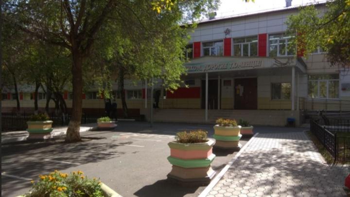 В тюменской школе дети получили травмы глаз из-за включенной на уроке бактерицидной лампы