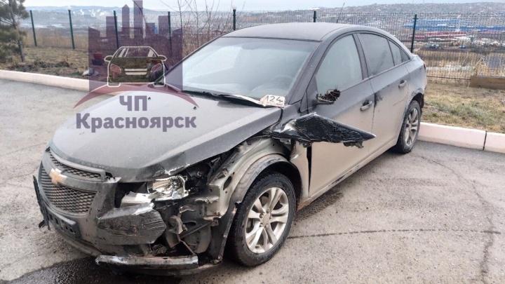 Пьяный водитель заехал ночью во двор в Солонцах, протаранил ворота и припаркованное авто