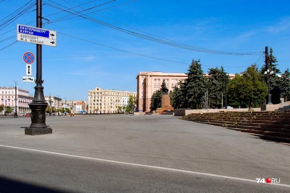 Александр въехал на асфальтовую площадку за белой линией: фактически это уже площадь Революции