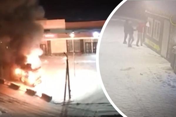 Трое молодых людей отогнули защиту окна и бросили внутрь павильона что-то горящее — этот момент попал на видео