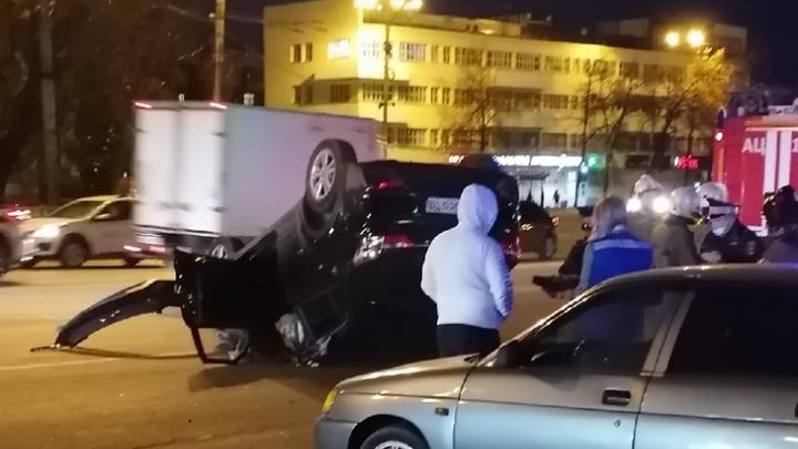 В Екатеринбурге Hyundai снес дорожный знак и перевернулся на крышу