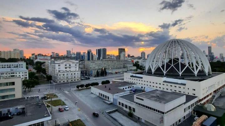 Солнце утонуло в облаках: яркие кадры заката в Екатеринбурге