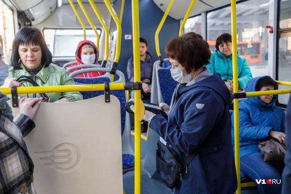Не все в городском транспорте надевают маски