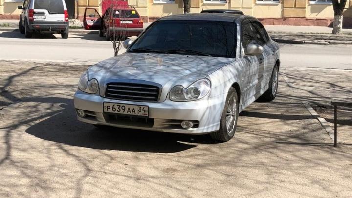 Наглое, неприкрытое хамство: волгоградские автомобилисты нарушают правила парковки даже при пустых стоянках