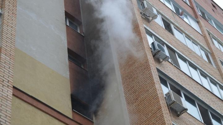 Окно черным-черно: в девятиэтажке на Пятой просеке загорелась квартира