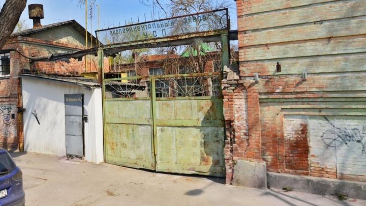 В Нахичевани собираются снести здание бывшего завода. Сейчас там — клуб «Линия» и бары
