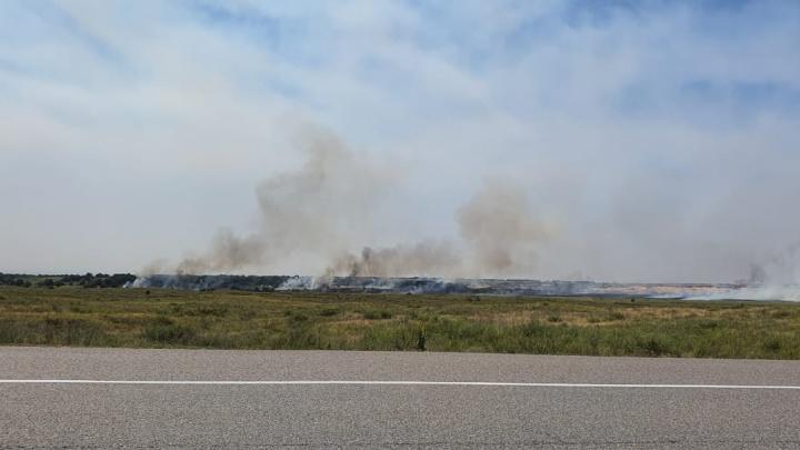 Сгорело около гектара: степной пожар под Волгоградом тушат пожарные и добровольцы