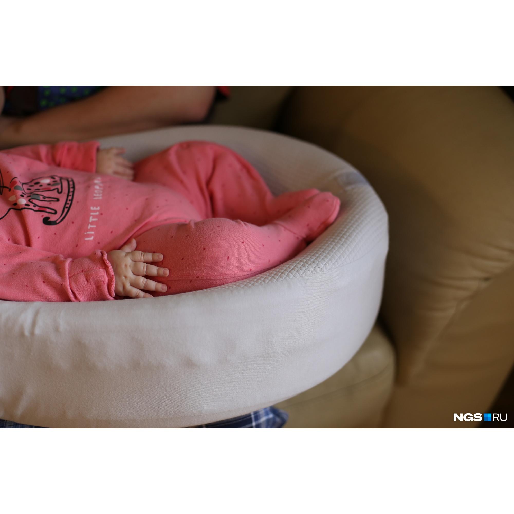Родители Софии говорят, что&nbsp;в США каждому ребёнку делают скрининг и ставят укол, если находят мутацию в гене. То есть ещё до того, как появились симптомы<br>