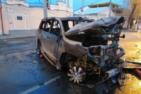 Lexus пострадал не только от столкновения, но и от пожара