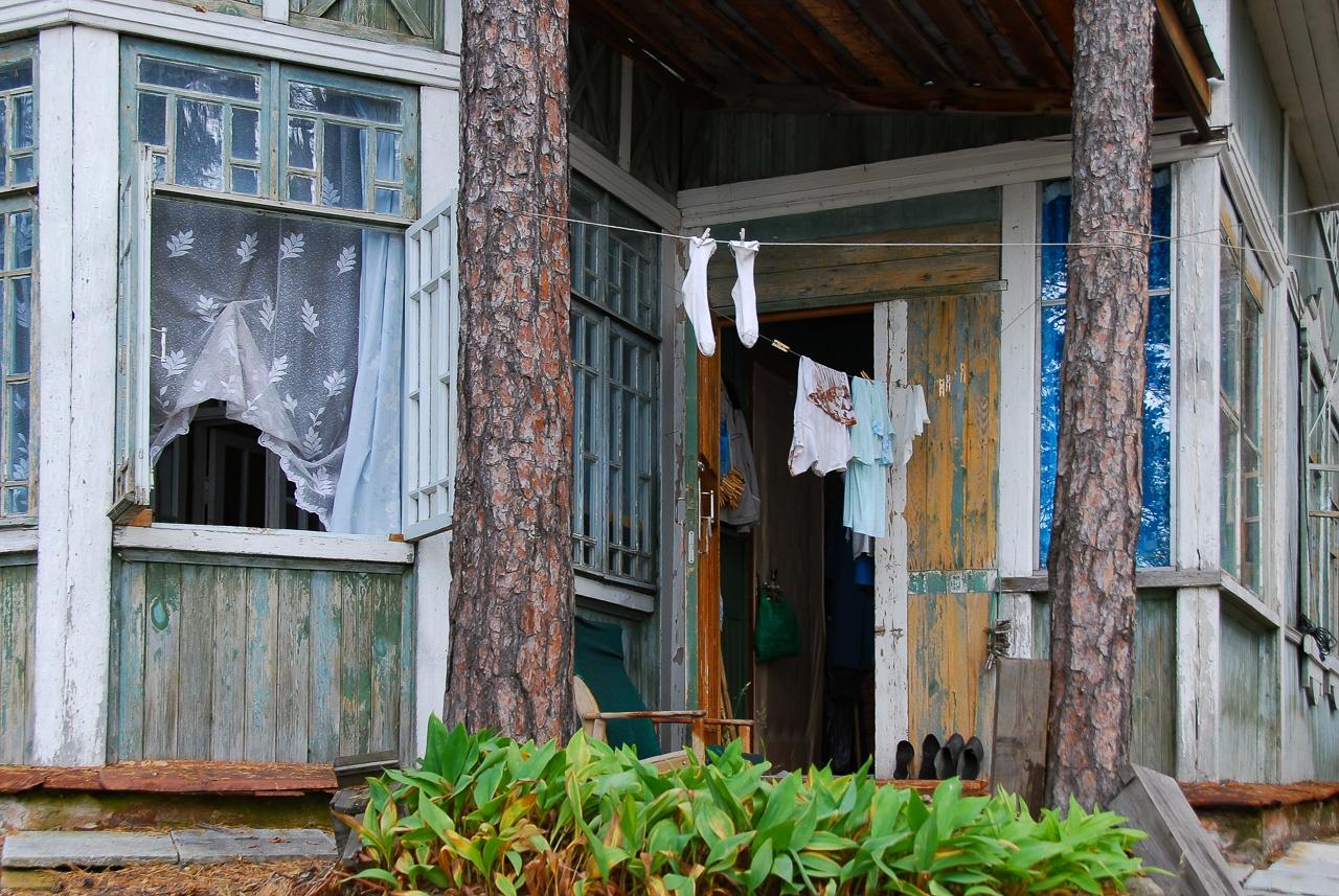 Окно эркера в комнате Зубра. Его семья занимала несколько комнат, что было привилегией: вообще такие коттеджи делили на четверых учёных