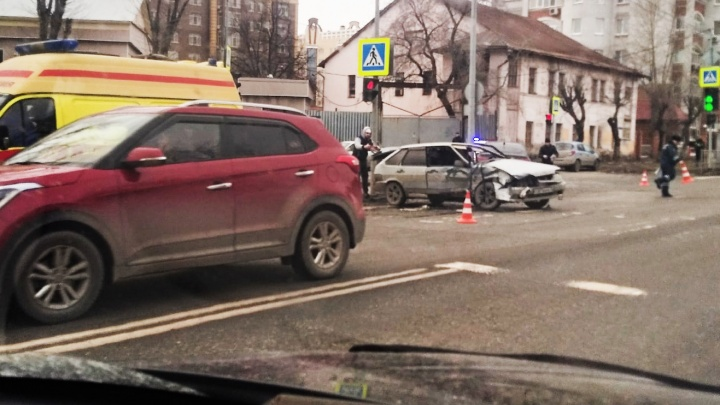 На Максима Горького столкнулись «Лада» и KIA: оба водителя пострадали