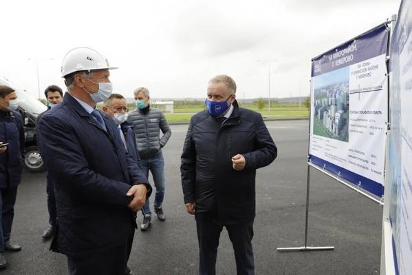 Вице-премьер РФ Марат Хуснуллин слева, в каске. Он приехал в Кемерово с рабочим визитом