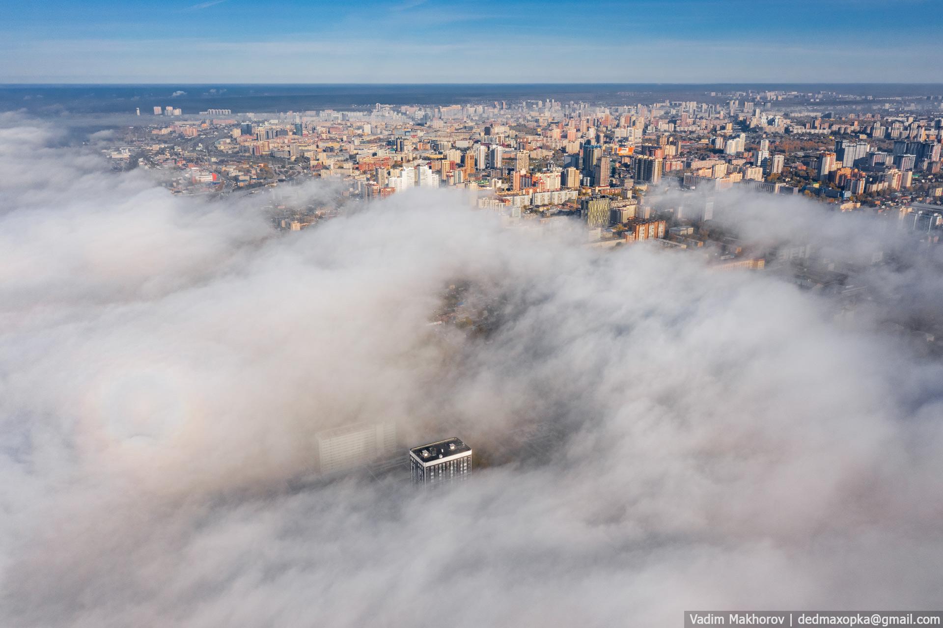 На снимках видно, как постепенно просыпается утренний Новосибирск, а туман рассеивается