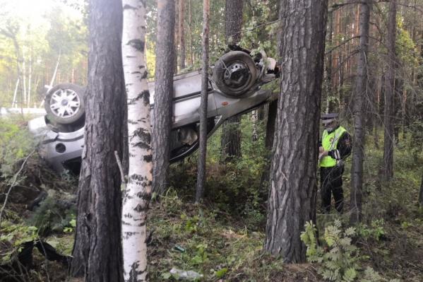 Машина улетела в лес и перевернулась