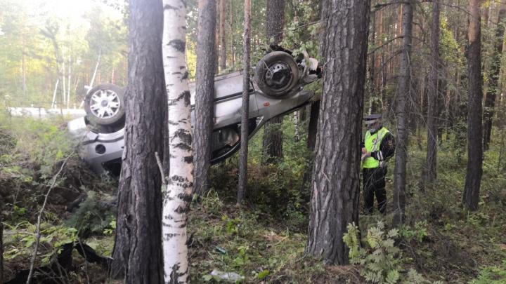 На Серовском тракте легковушка вылетела с дороги в лес и перевернулась. Водитель погиб
