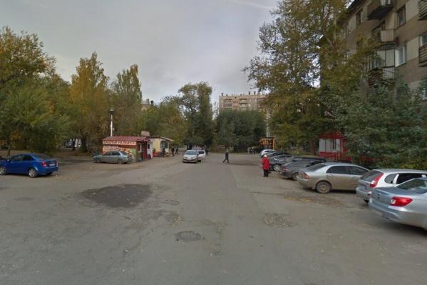 Женщина заявила, что переноску с ребёнком у неё выхватили из рук вот в этом дворе на улице Жукова в Металлургическом районе