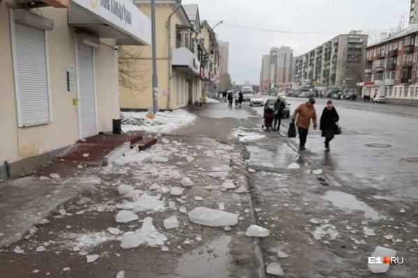 Часть льда все еще остается на крыше, угрожая прохожим