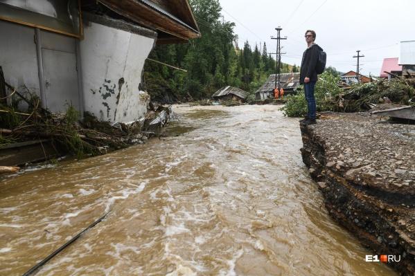"""На протяжении двух дней <a href=""""https://www.e1.ru/news/spool/news_id-69379237.html"""" target=""""_blank"""" class=""""_"""">мы вели прямые репортажи</a> из затопленного города"""