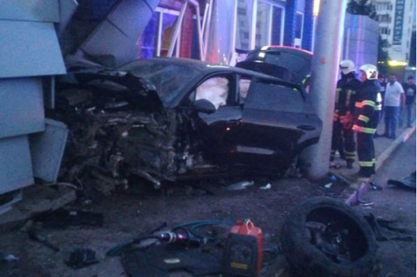 Пассажиров зажало в машине при столкновении